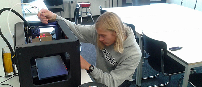 The library as an experimental workshop – Jan working on the 3-D printer.
