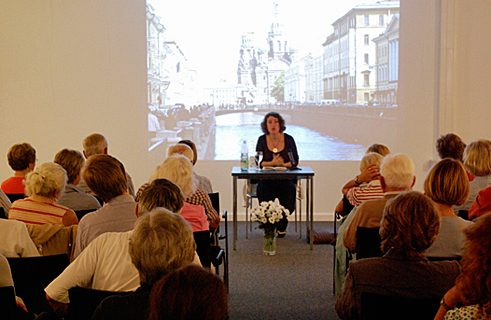 Big crowds – the writer, Lena Gorelik, reading in the Flensburg Municipal Library.