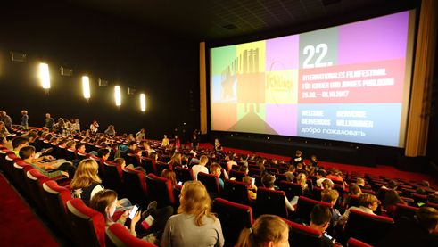 The young people await the start of the next film with anticipation. Photo: Film Festival SCHLINGEL