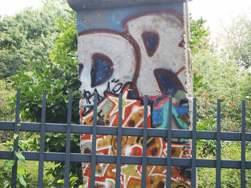 Ever since 2004, part of the wall has been standing in Léopold Park in Brussels. A small plaque commemorates the division of Germany and of Europe.