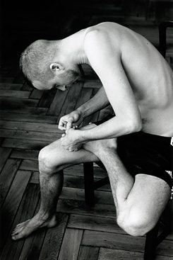 Wolfgang Tillmans: Anders pulling splinter from his foot, 2004