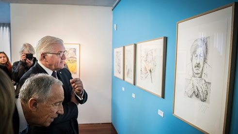 Frank-Walter Steinmeier and the Portuguese President Marcelo Rebelo de Sousa admire a self-portrait of Günter Grass.