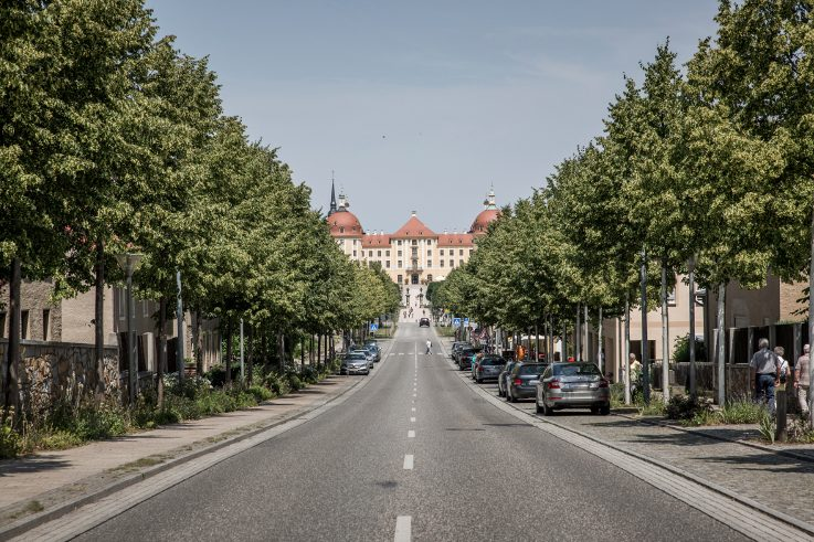 In Moritzburg in Saxony, the kilometre-long avenue divides the town into two straight halves. At its end lies the almost 300-year-old hunting lodge and baroque palace - so the street does in fact live up to its name.