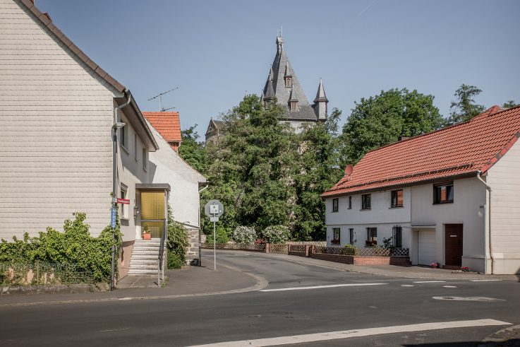In Romrod in Hesse, the Schlossallee is merely the 350-metre-long, decidedly plain and functional feeder road to the castle in the centre of the village. A handful of houses are along the road. And an inn. And an ATM.
