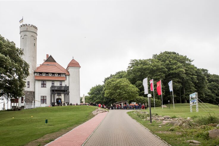In Lohme on Rügen, at the end of the Schlossallee, lies Ranzow Castle. For a long time it was a simple manor house, then between 1945 and 1991 the Soviet army used it as a base. Since 2011 it has been a golf hotel.
