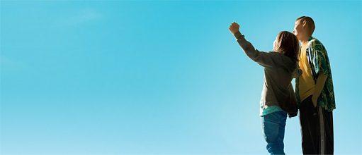 Deux garçons devant le ciel bleu