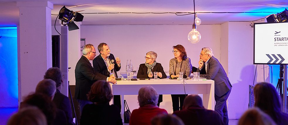 Representatives from the Cornelsen, Hueber and Klett publishing houses, as well as the education trade fair didacta, put forward their visions relating to educational media in the year 2030 in a discussion group.