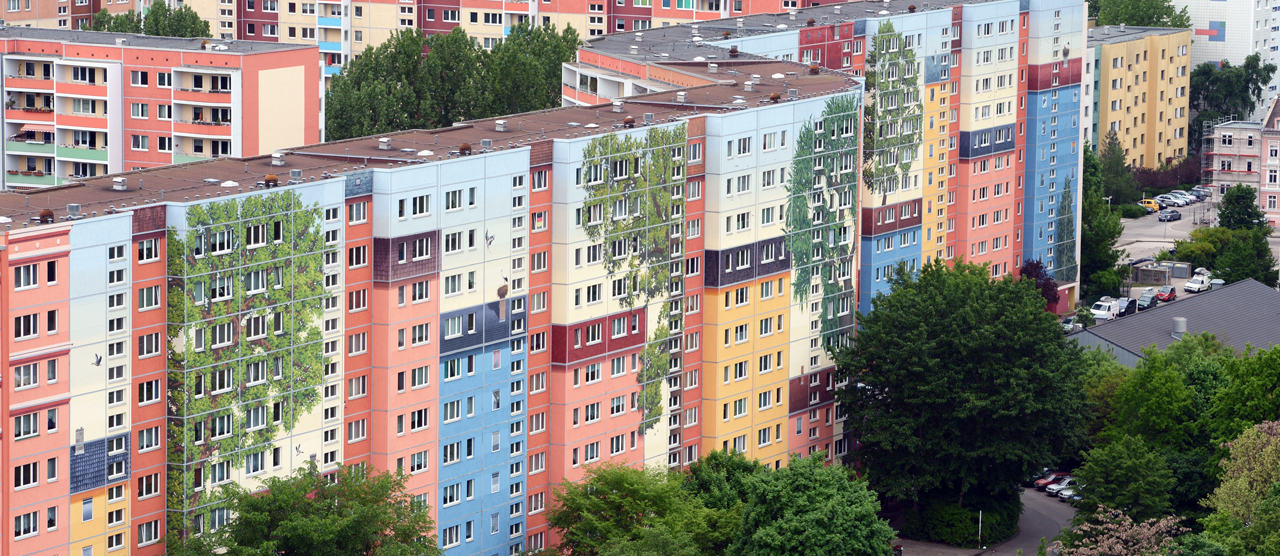 Skyrocketing rents in the cities are driving the call for cooperative flat construction in Germany. Here in Alt-Friedrichtsfelde in Berlin-Lichtenberg, the façades of the apartments built by the Solidarität building cooperative are artistically decked out in bright colours.