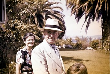 Elisabeth Mann and Thomas Mann in the garden in den Pacific Palisades ca. 1946