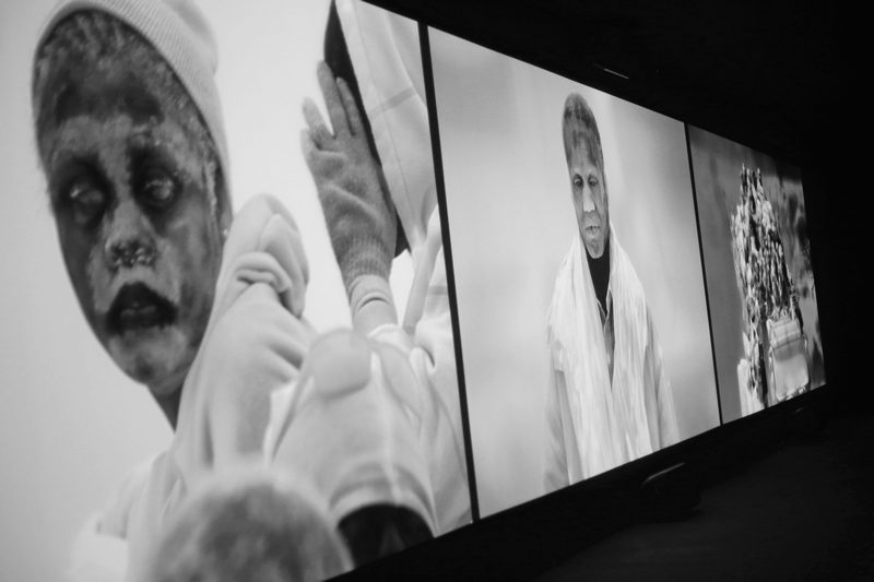 "Richard Mosse, Videoinstallation ""Incoming"""