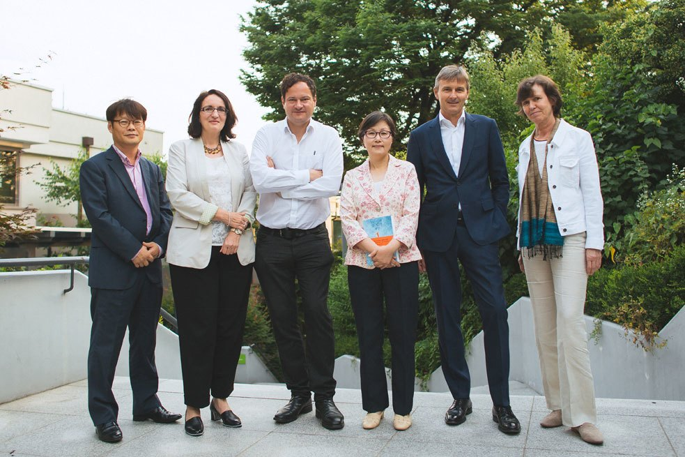 From left to right: Young Do (Head of the Solbitkil publishing house), Dr. Marla Stukenberg (Regional Director of the Goethe-Institut in East Asia), Thomas Melle, Ki-Sook Lee, Glenn Young (Managing Director of Merck Korea), and Marilen Daum (Head of the Information Service of the Goethe-Institut in East Asia)