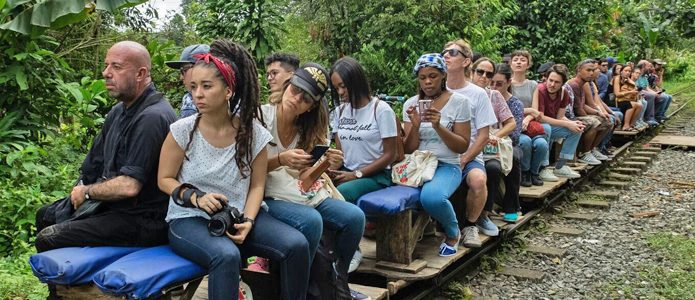 "Participants in the aesthetic intervention at a decommissioned railway line ""500 metros de - abundancia y resistencia"""