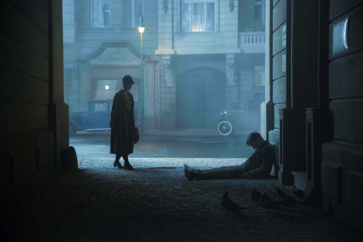 "Charlotte finds Gereon in the street, Scene from ""Babylon Berlin"", Photo: X Filme / Frédéric Batier"