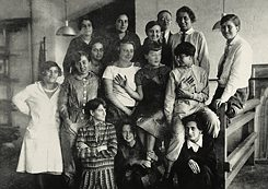 Group photo of Gunta Stölzl's (in tie) weaving class from around 1927