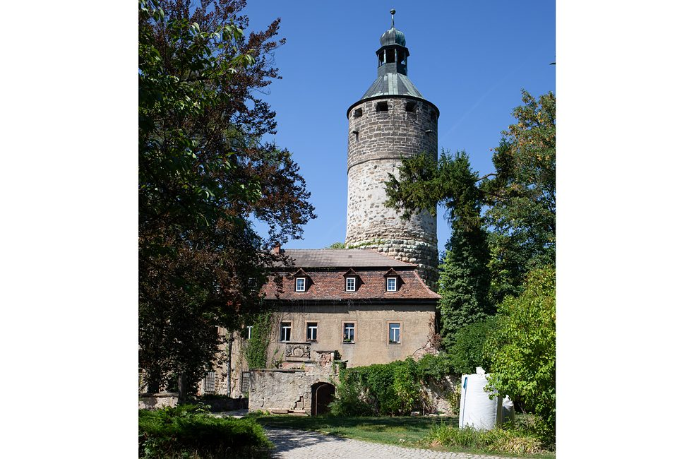 Towering above the residential buildings is Schloss Tonndorf's signature keep – 44 metres high with walls 3.7 metres thick. Although it is not a habitable structure, it makes a fine viewing platform. Schloss, keep and inner courtyard are encircled by a high wall and moat.