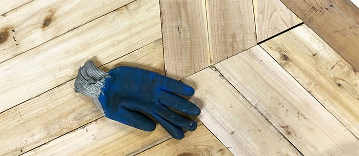 Wooden boarding of the Wiesn box with work glove