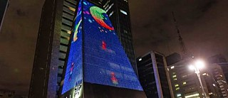 "The game ""Moon Drop"" from Nicole Benítez and Laiz Garcia as a projection on a facade in Sao Paulo."