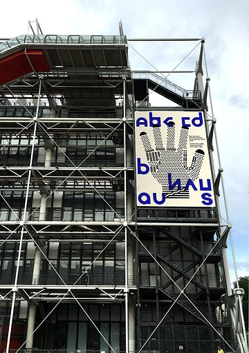 Bauhaus-Plakat am Centre Pompidou in Paris