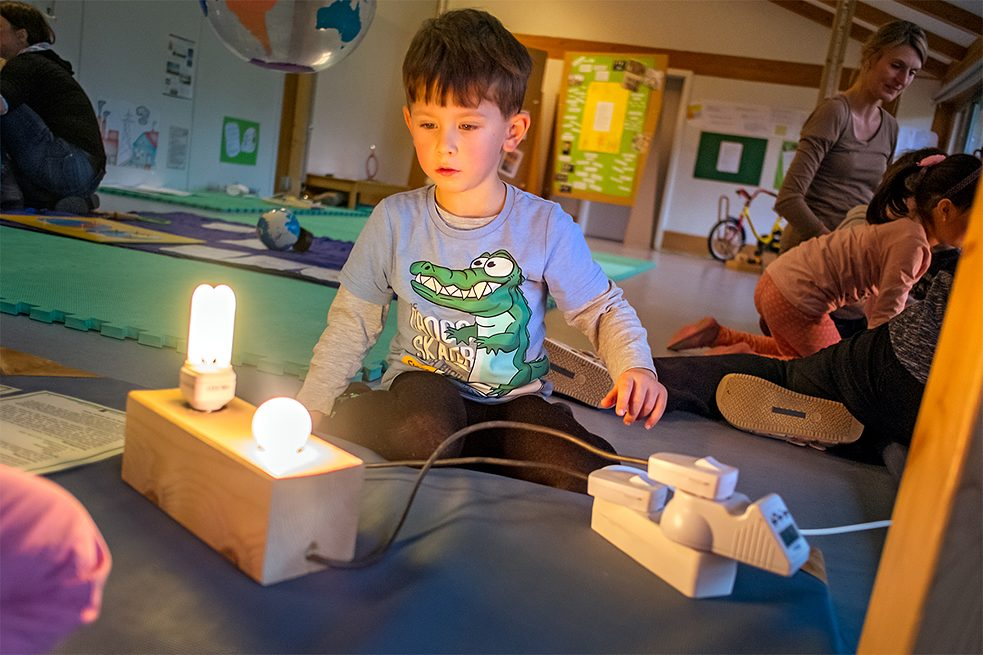 Early education can also be sustainable: 200 nurseries in Hamburg and southern Holstein work together as members of the KITA21 network. Through play, they introduce one to three-year-olds to subjects such as energy, nutrition and consumerism.