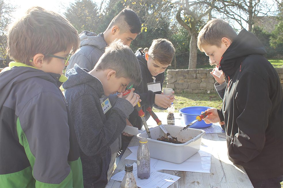 Within the Bliesgau Biosphere Reserve, Spons Haus offers projects where youngsters can explore and experience nature for themselves – here, for example, by conducting experiments with soil. Other projects on offer focus on water, solar energy or bees.