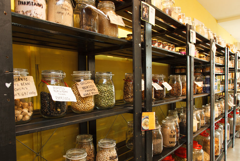 The dried foods are filled into containers that the customers bring themselves.