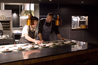 Monique Fiso und Helge Hagemann am Chef's Counter