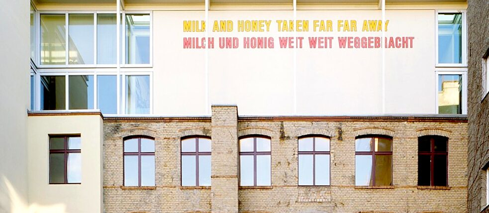 Vista dal giardino dei cortili Sophie-Gips, Lawrence Weiner, Milk and honey taken far far away…, 1994/96