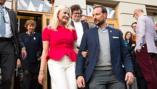 Crown Princess Mette Marit and Crown Prince Haakon in front of the Litteraturhuset