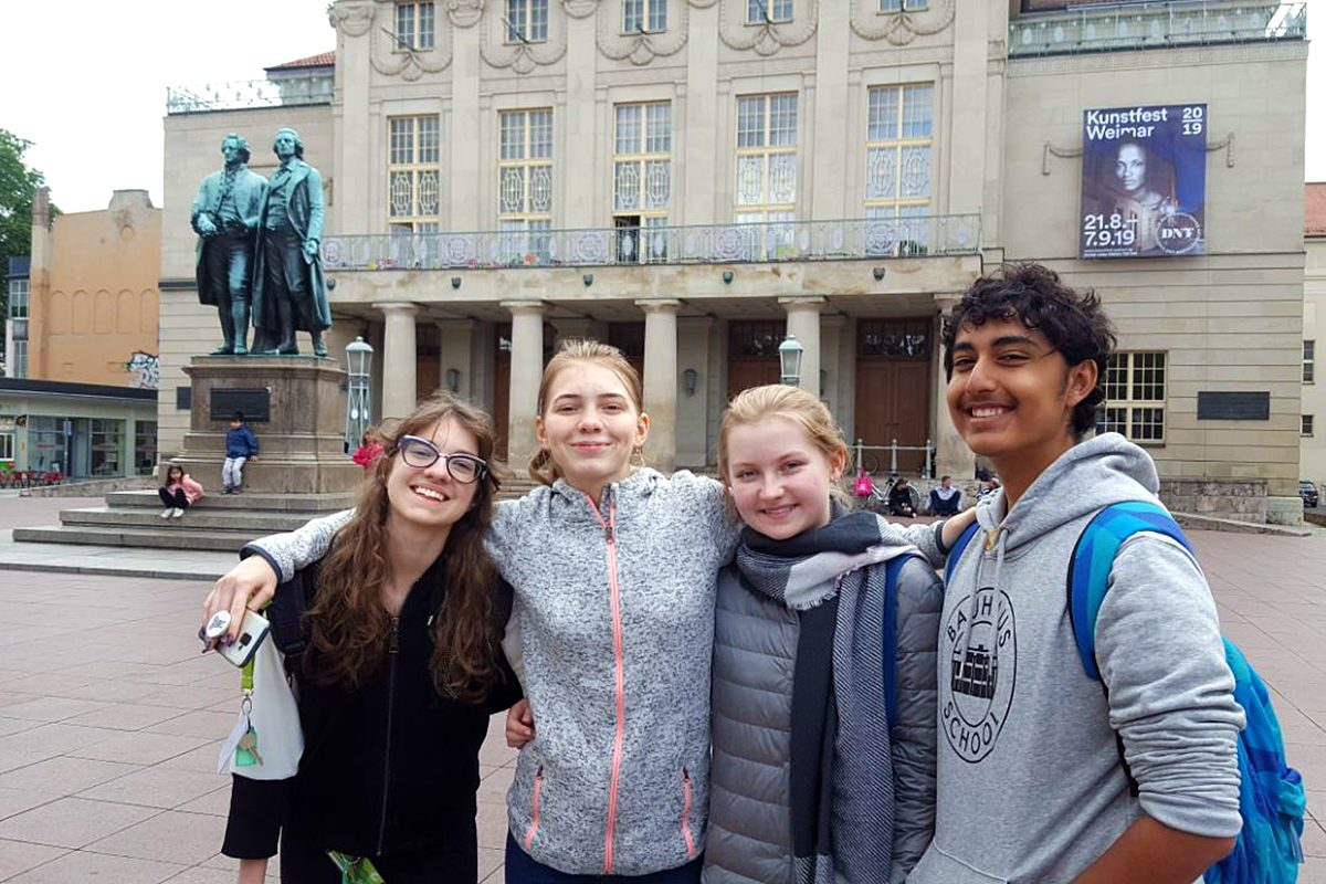 Vor dem Nationaltheater Weimar