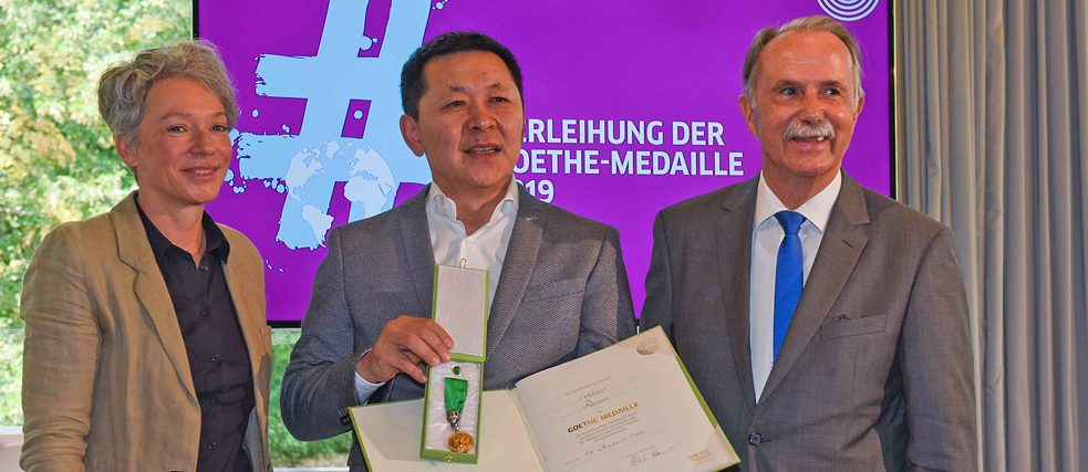 Ina Hartwig, head of cultural affairs of the City of Frankfurt, and president Klaus-Dieter Lehmann present the Goethe Medal to Enkhbat Roozon