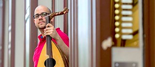 Many people forced to flee to Germany are politically, socially or artistically active there. One of them is Thabet Azzawi, a musician from Syria.
