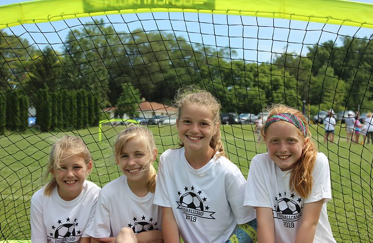Fußball Camp 2019 Girls standing in goal