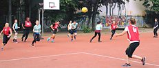 Netball Berlin players chase down the ball