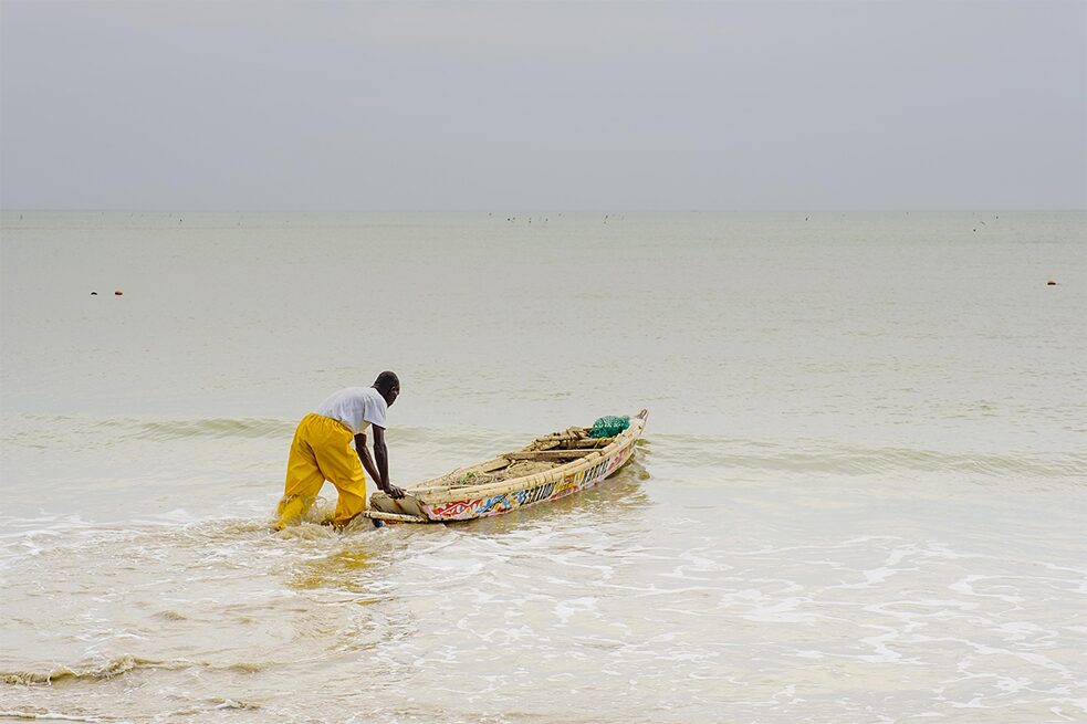 <b>Fishing for profit</b><br>European fish consumption also has its downside for the Global South. In Senegal, for example, fish is a staple food, and around 600,000 people earn their living in the fisheries sector. But fishing agreements allow European Union (EU) fleets to fish in African waters because EU demand can no longer be met with fish hauled out of the seas around the EU. Since May 2014, the EU has been allowed to fish 14,000 tonnes of tuna per year off the coast of Senegal. This means many people in Senegal can no longer make a living from fishing and are often forced to leave their homeland.