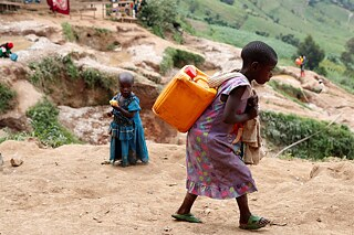 <b>Child labour for mobile phones</b><br>According to UN figures, around 168 million children work worldwide, many of them in Africa. UNICEF estimates that more than 40,000 children in the south of the Democratic Republic of Congo are forced to mine coltan, cobalt and other precious metals. The DCR is a key exporter of these metals indispensable in the production of mobile phones. As the global demand for electronic devices increases, so does the demand for raw materials. Violent conflicts over resource control often erupt in production areas, and mining goes hand-in-hand with human rights violations, health hazards and the destruction of agricultural land.