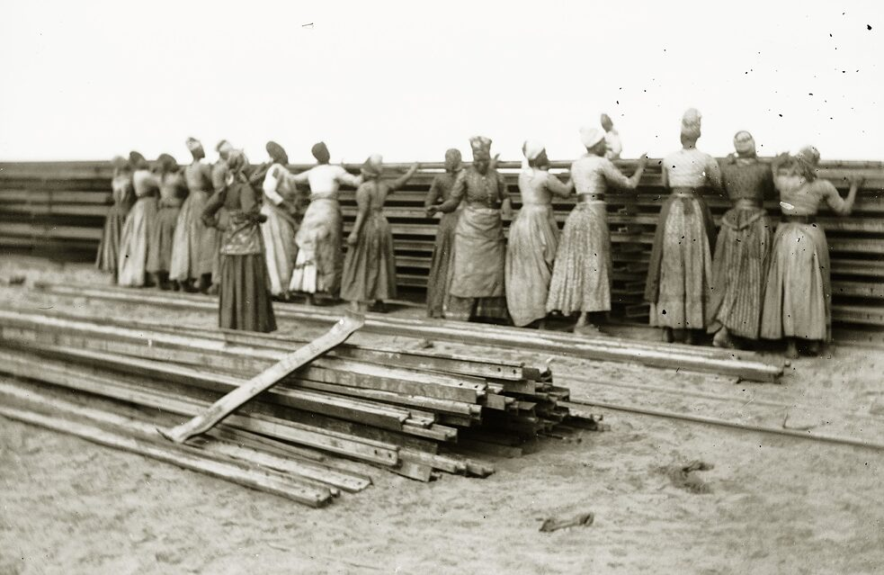 Herero women constructing the railway as forced labour during the Namibian-German War of 1904-1908