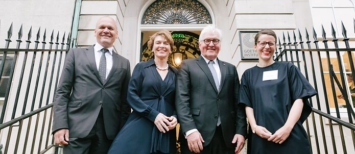 Bundespräsident Frank-Walter Steinmeier mit seiner Frau Elke Büdenbender bei der Wiedereröffnung des Goethe-Instituts Boston im Beisein von Johannes Ebert (links), Generalsekretär des Goethe-Instituts, und Marina May (rechts), Institutsleiterin des Goethe-Instituts Boston