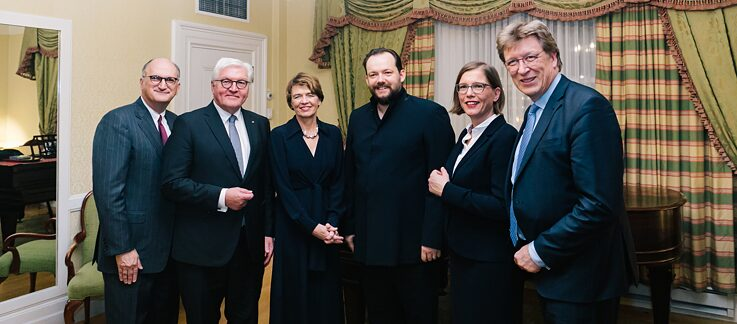Hinter der Bühne in der Symphony Hall: Mark Volpe (Executive Director des Boston Symphony Orchestre), Bundespräsident Frank-Walter Steinmeier, Elke Büdenbender, Andris Nelsons (Music Director des Boston Symphony Orchestra und Gewandhauskapellmeister des Gewandhausorchester Leipzig), Skadi Jennecke (Bürgermeisterin für Kultur der Stadt Leipzig), Andreas Schulz (Gewandhausdirektor am Gewandhaus zu Leipzig)
