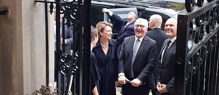 President Frank-Walter Steinmeier and his wife Elke Büdenbender arrive at the Goethe-Institut.