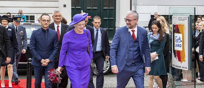"Federal Foreign Minister Heiko Maas, Detlev Rünger, German Ambassador to Denmark, Queen Margrethe and Rane Willerslev, director of the National Museum of Denmark, on the way to the opening of the ""Tyskland"" exhibition"