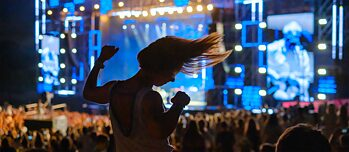 Dance party with a dark side: open-air music festivals emit huge amounts of CO2.