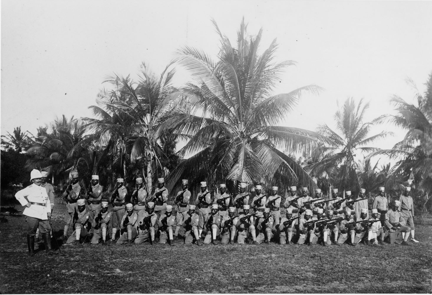 Auxiliary troops Deutsch-Ostafrika First World War / War in the colonies: Deutsch-Ostafrika (today Tanzania). - Native auxiliary troops. - Photo, around 1914/15.