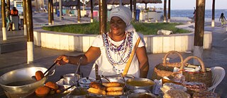 Fast food from Bahia: Aracaja is available on every street corner and on the beaches of Salvador. The fried bean mash is fried in palm oil and filled with crabs and salad.
