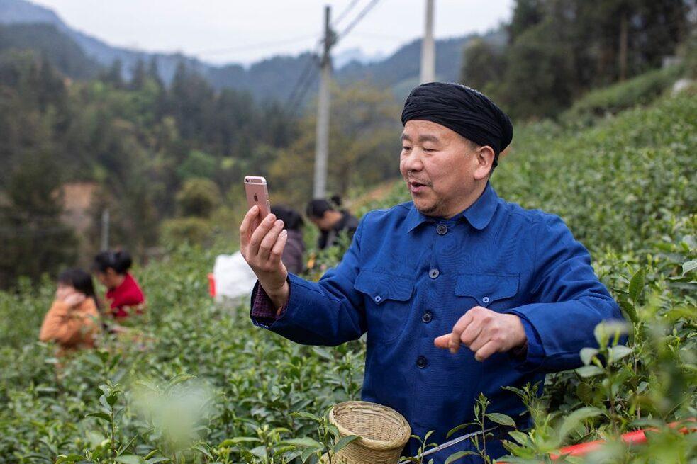 Onkel Huang beim Livestreaming vom Teefeld