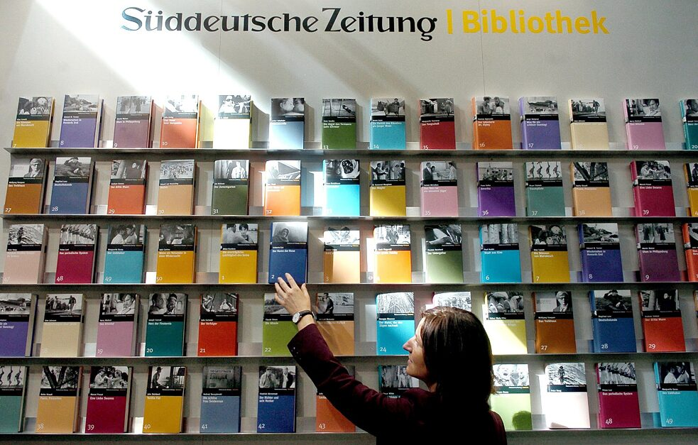A bestseller: the 50 volume library of world literature of the German newspaper Süddeutsche Zeitung. Selected by the newspaper's feature editors under the direction of Dieter Wunderlich. Which authors were chosen?