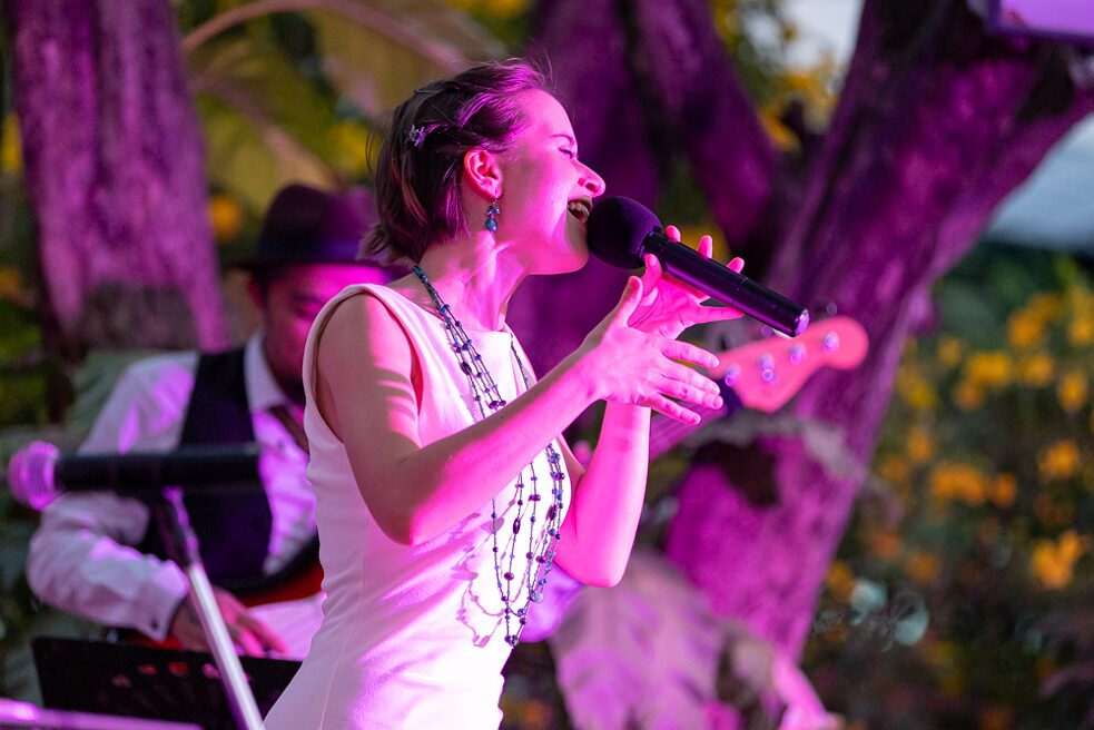 Jazz singer Anna de Koning and her band Jazziam give a spectacular concert in the garden of the institute