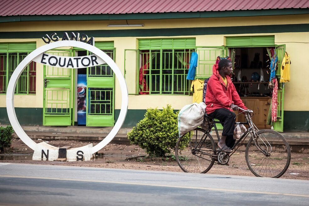 Latitude: At several points in Uganda there are tourist facilities and shops along the equator. The geographical line is even drawn on the currency of the African country. For many people, however, the road to the southern hemisphere is only a normal connection that can be travelled by bicycle.