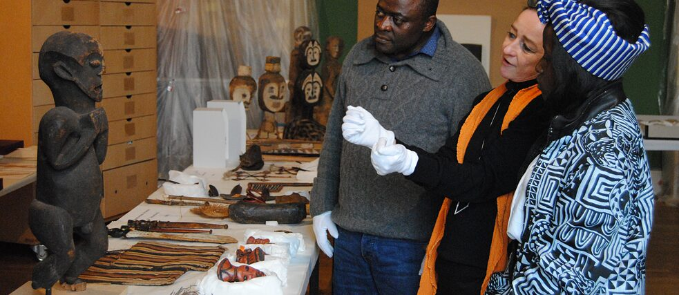Joint viewing of the Max von Stetten Collection at the Museum Fünf Kontinente in Munich: Professor Albert Gouaffo, Project Manager Cameroon, with Yrine Matchinda (right), staff member for the francophone part of the collection and Karin Guggeis, General Project Manager