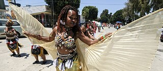 decolonial – Leimert Park has traditionally been the centre of African-American culture in Los Angeles: the Festival of Masks has been held here for years, creating a link between West African rituals and contemporary American culture.