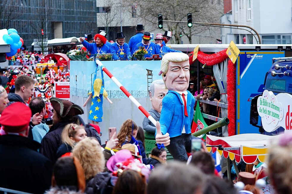 decolonial – Cologne Carnival 2020: Impressions and images of running groups and joking during the Rose Monday procession